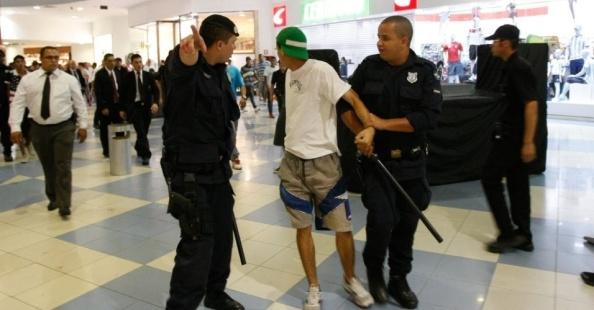 Fonte da Imagem: http://noticias.uol.com.br/album/2014/01/13/rolezinhos-causam-tumulto-em-shoppings-de-sao-paulo.htm