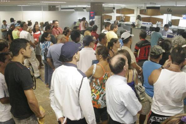 Fonte da imagem: http://cidadedesantarem.blogspot.com.br/2012/02/juiz-estabelece-tempo-na-fila-dos.html