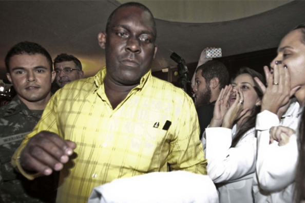 Médico cubano, Juan Delgado, sendo hostilizado ao chegar ao Brasil.